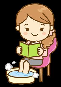 足湯をしながら本を読む女性
