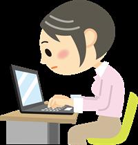 パソコンの使用で猫背になる女性