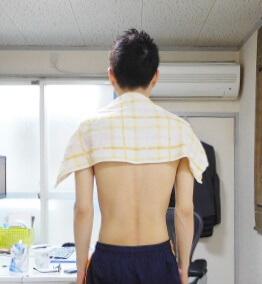 肩にタオルをあてた画像