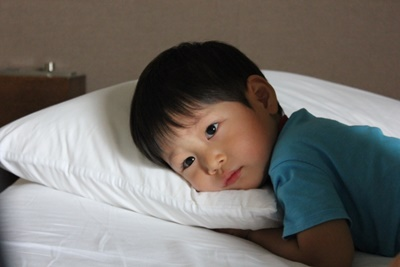 枕にねる子供