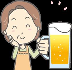ビールを飲む中年女性