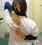背中で手を組む女性