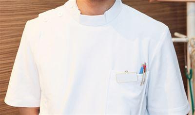 白衣を着た男性のバストアップ