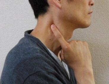 耳下の指圧