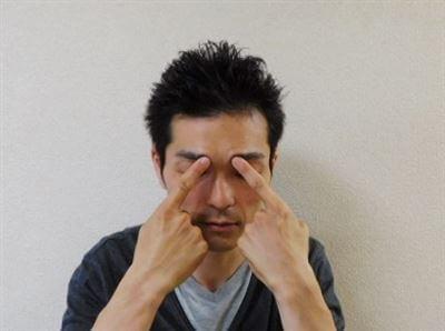 攅竹の指圧