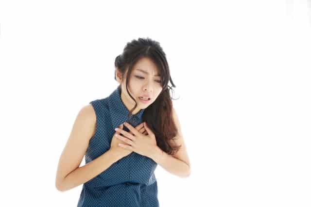 動悸を感じる女性