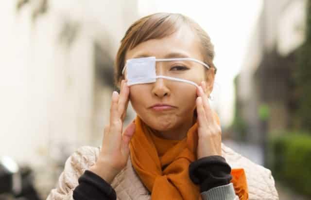眼帯の女性