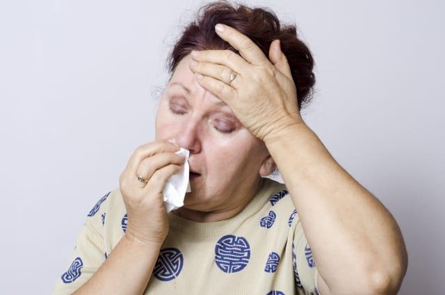 鼻血をとめる女性