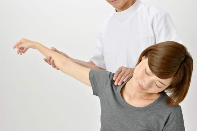 肩の動きを見る整体師