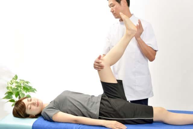 足のストレッチをする整体師